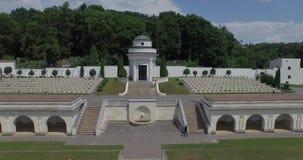 Luchtfilm van de Militaire Begraafplaats van Lychakiv van Poolse militairen in Lviv-stad stock video