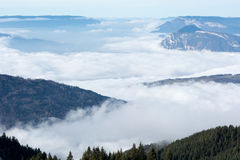 Luchtfoto bewolkte vallei in de alpen Stock Foto's