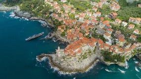 Luchtfoto die met hommel op Tellaro, beroemd Ligurian dorp dichtbij Cinqueterre schieten Stock Afbeelding