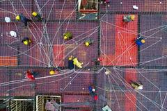 Luchtfoto's van arbeiders die aan een gebouw werken Royalty-vrije Stock Afbeeldingen