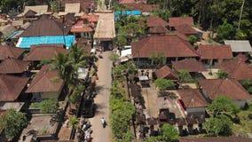 Luchtfoto van Balinese huizen tijdens de grote viering De ceremonie van Bali in dorp, Ubud Daken van Balinese huizen stock foto