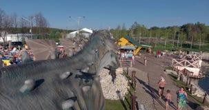 Luchtfoto van de dinosauruspark van Yurkyn van kinderen in Kirov Rusland stock videobeelden
