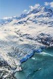 Luchtfoto van de Gletsjerbaai van Alaska met cruiseschip stock afbeelding