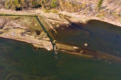 Luchtfoto van de inham van een dam met de ondiep waterstreek royalty-vrije stock afbeelding