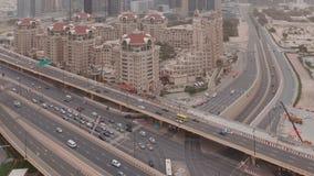 Luchtfoto van de snelweg-uitwisseling in Dubai in het centrum van de stad 's morgens stock video