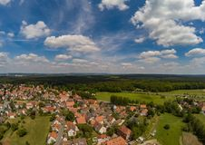 Luchtfoto van het dorp Tennenlohe dichtbij de stad van Erlangen royalty-vrije stock foto