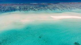 Luchtfoto van het mooie tropische strand van de paradijsmaldiven op eiland De zomer en reisvakantieconcept royalty-vrije stock afbeelding