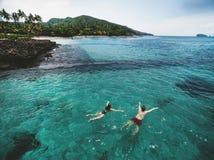 Luchtfoto van jong paar op vakantie die in oceaan zwemmen Royalty-vrije Stock Foto's