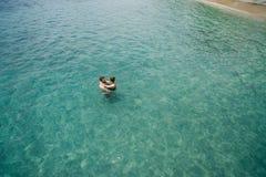 Luchtfoto van jong paar op vakantie die in oceaan zwemmen Royalty-vrije Stock Afbeelding