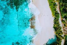 Luchtfoto van verbazend paradijs tropisch strand Anse Bazarca bij Mahe-eiland, Seychellen Wit zand, turkoois water royalty-vrije stock fotografie