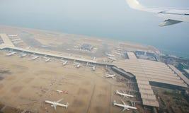 Luchtfotografie van de internationale luchthaven met vliegtuigen het parkeren Hong Kong International Airport Royalty-vrije Stock Fotografie