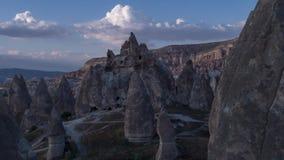 Luchtfotografie van hommel, vlucht tussen de bergen van Cappadocia, Goreme stock videobeelden