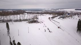 Luchtfotografiecompetities op een bergslalom stock footage
