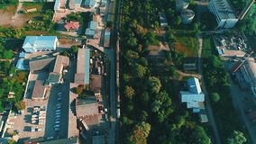 Luchtgezoem uit technologiestreek met treinvervoer en levendige intensieve gebouwen 4K stock videobeelden