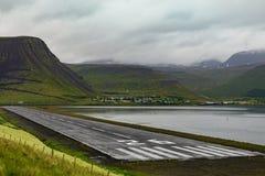 Luchthaven, baan van Isafjordur op Wesfjords stock afbeelding