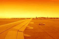 Luchthaven bij zonsondergang Stock Foto's