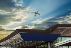 Luchthaven bij zonsondergang Stock Afbeelding