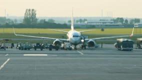 luchthaven Een reusachtig vliegtuig die zich op de baan bevinden E stock footage