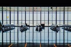 Luchthaven eind lege ruimte over blauwe hemelachtergrond stock foto