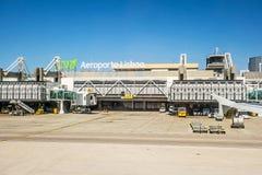 Luchthaven Lissabon na het landen - venstermening van toren/hoofdingang Stock Fotografie