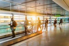 Luchthaven, mensen die voor hun vluchten, lange gang, Dublin, Zonsopgang meeslepen royalty-vrije stock foto's