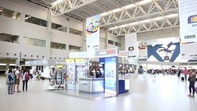 Luchthaven met mensen stock video