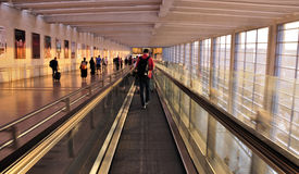 Luchthaven; naar de poorten Stock Afbeeldingen