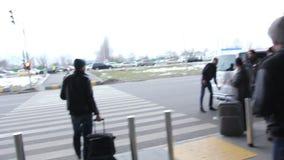 Luchthaven om analyse te taxien, mensen die zakken dragen Vliegtuigtaxi stock video