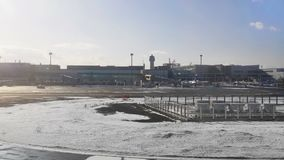 Luchthaven in wintertijd stock footage