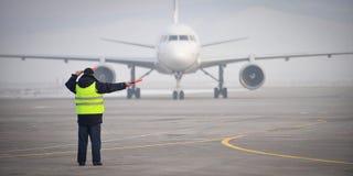 Luchthavenarbeider het signaleren Stock Foto's