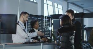 Luchthavenarbeiders die documenten controleren op controlepunt