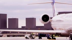 Luchthavenarbeiders die voertuig bewegen stock video