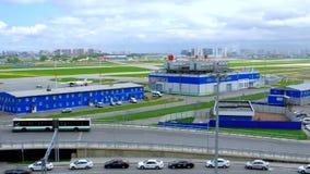 Luchthavenbaan en gebouwen van de internationale luchthaven van Pulkovo in St. Petersburg, Rusland stock video