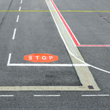 Luchthavenbaan met tekens Stock Afbeelding