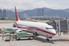 Luchthavengrond die verrichtingen en lading op luggages op tarma overhandigen royalty-vrije stock fotografie