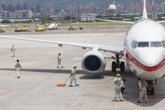 Luchthavengrond die verrichtingen op tarmac in Taipeh SongShan A overhandigen royalty-vrije stock foto's