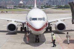 Luchthavengrond die verrichtingen op tarmac in Taipeh SongShan A overhandigen stock afbeeldingen