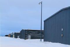 Luchthavenhangaars na sneeuwonweer Royalty-vrije Stock Foto's