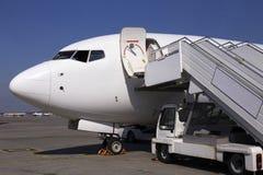Luchthavenoverzicht Witte vliegtuigen op de parkerenstreek royalty-vrije stock foto