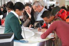 Luchthavenpassagiers die eisen vullen tijdens een belangrijke vluchtenvertraging royalty-vrije stock afbeelding