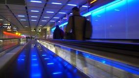 Luchthavenreizigers op rollend trottoir stock videobeelden