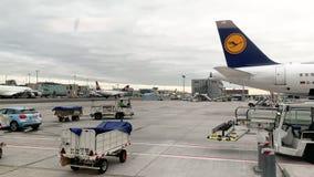 Luchthaventarmac in de Luchthaven van Frankfurt met vliegtuigvoorbereiding stock footage