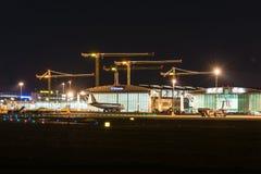 Luchthaventerminal van Stuttgart (Duitsland) bij schemer Stock Foto