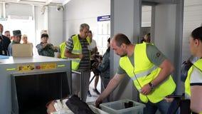 Luchthavenveiligheidscontrole bij poorten met metaaldetector en scanner stock videobeelden
