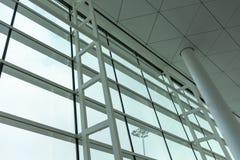 Luchthavenvenster die omhoog en uit eruit zien stock fotografie