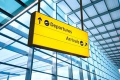Luchthavenvertrek en Aankomstteken in Heathrow, Londen stock afbeelding
