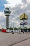 Luchthavenvierkant met controletoren, die pil adverteren Stock Afbeelding