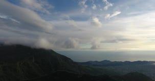 Luchthelikopterspruit van onaangeroerde bossen hoog in de bergen stock videobeelden