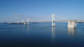 Luchthommel die, afdaling binnen van kalme, blauwe overzees, Seto -seto-bridge  vliegen stock videobeelden