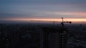 Luchthommel die van Bouwwerf van de Moderne Bouw van het Glasbureau in Stad wordt geschoten stock videobeelden